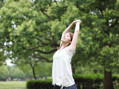 木々に囲まれた公園で、こんなふうに深呼吸すれば 心身ともにリラックスできますね。