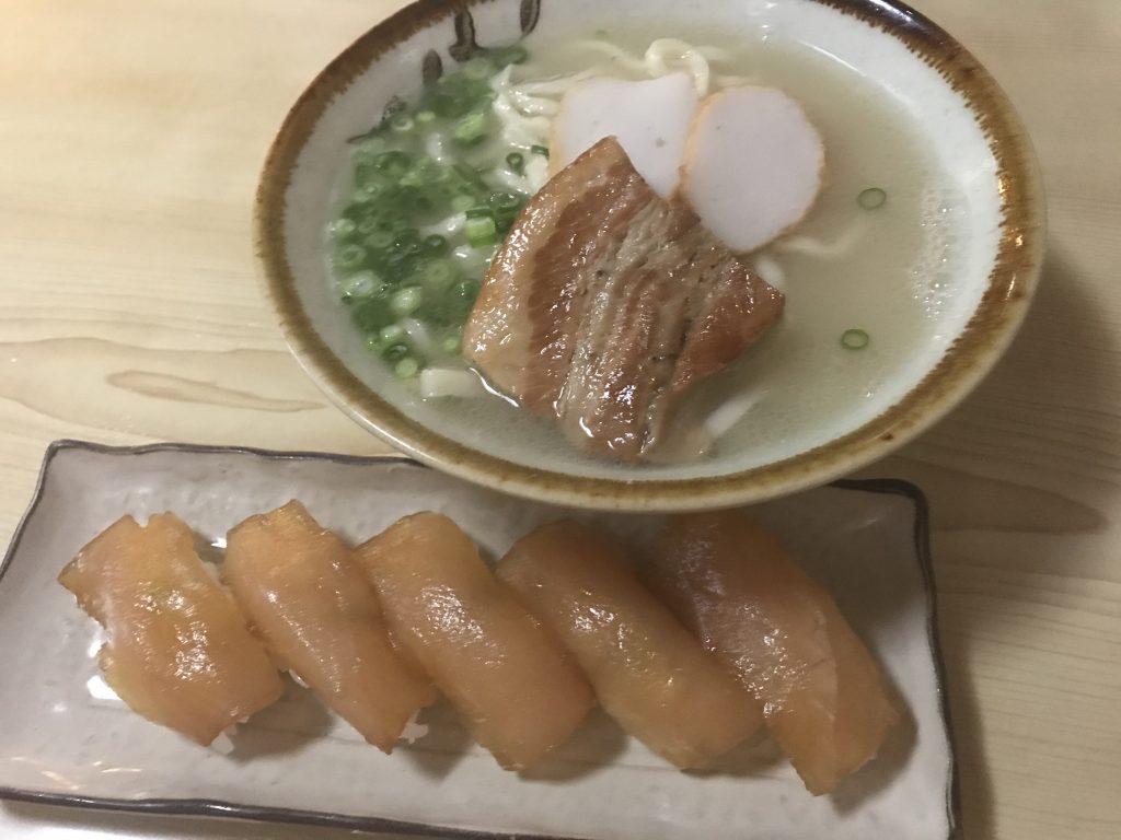 私の大好きな大東島のすしそばセット! いっぱい食べると元気が出るんです!